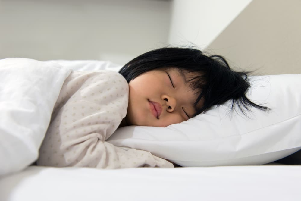 Little-girl-peacefully-sleeping-in-bed